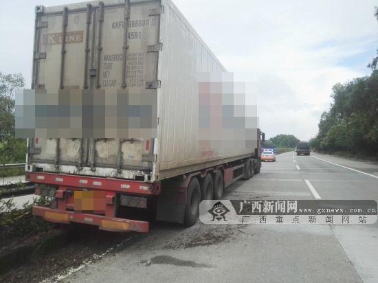 司机疲劳驾驶货车撞护栏 护栏折断插入货车内(图)