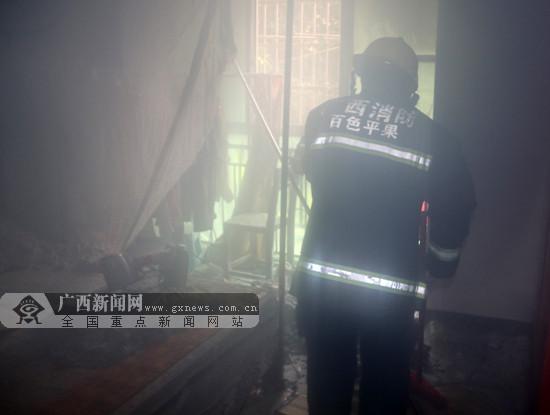 平果一民房发生火灾冒浓烟 消防员5分钟扑灭(图)