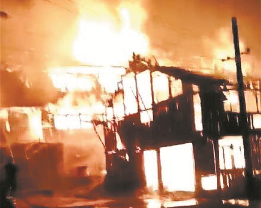 8月1日焦点图:痛心!白面瑶寨凌晨突发大火