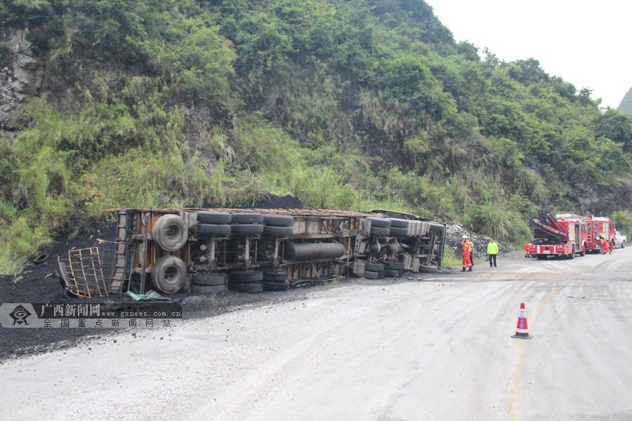 运煤挂车在罗城侧翻致1人被困 消防紧急救援(图)