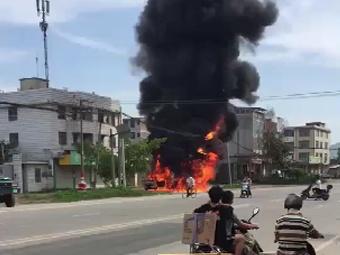 8月6日焦点图:面包车猛烈燃烧 大量柴油流出车外