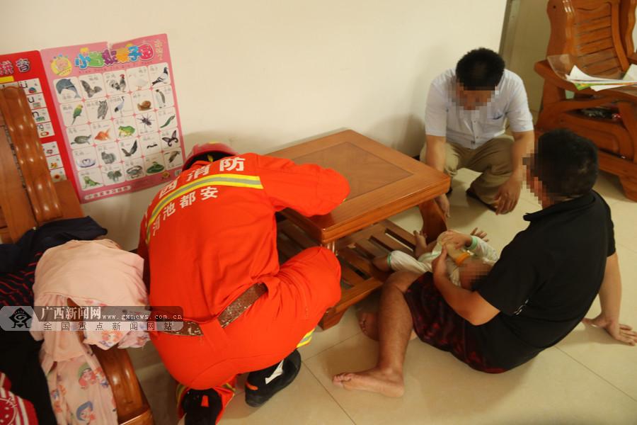 都安一男童脚被卡茶几隙缝 消防员扩张救援(组图)