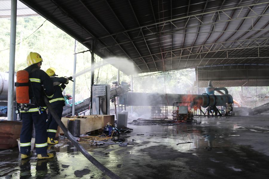 平果一厂房内甲醇着火 20名消防员一小时扑灭(图)