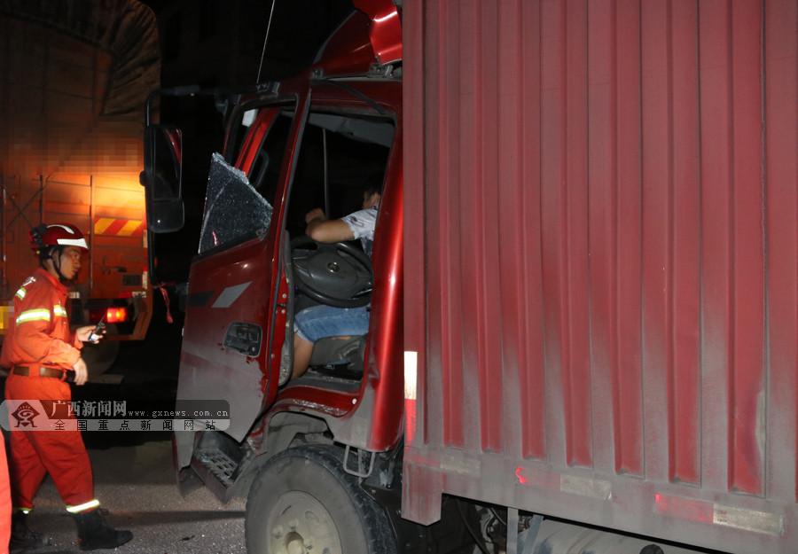 两辆货车追尾 后车车头受损司机被困驾驶台(组图)