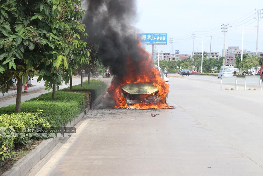 田阳县环城路一小车着火火势猛烈 消防10分钟扑灭