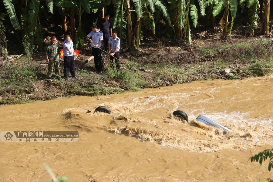 高清:那坡—辆载4人小车翻下河中 事故致2人遇难
