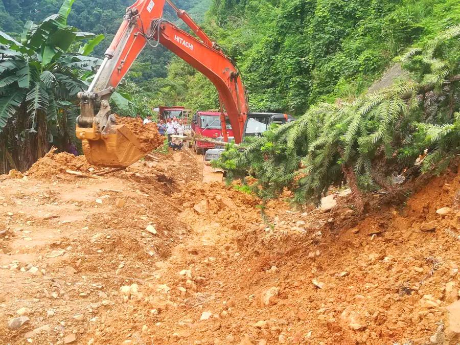 天峨境内一路段发生塌方 经抢修恢复半幅通车(图)