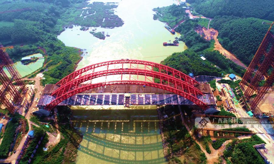 8月11日焦点图:马滩红水河特大桥全桥顺利合龙