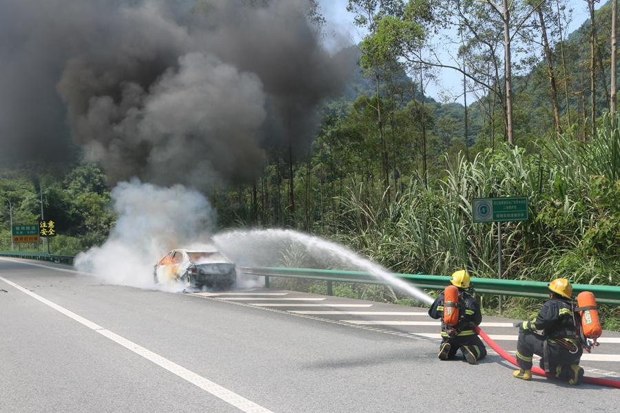 兰海高速一小车行驶中自燃 现场浓烟滚滚(组图)