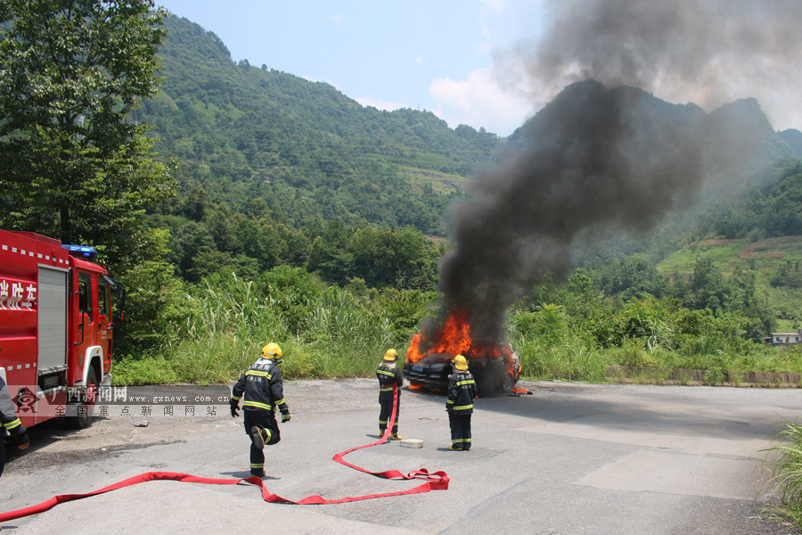 河池南丹一越野车行驶中起火 底盘油管漏油(组图)