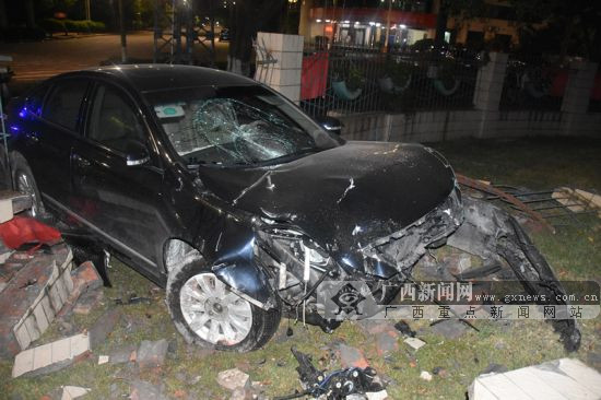 钦州一小车凌晨失控撞围墙 气囊弹出前轮爆胎(图)