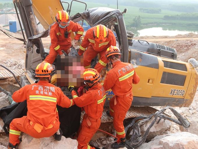 高清组图:广西一男子被数十吨巨石砸中 当场身亡