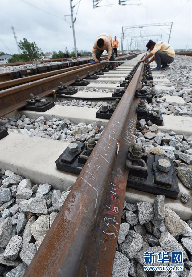 建设者奋战青盐铁路