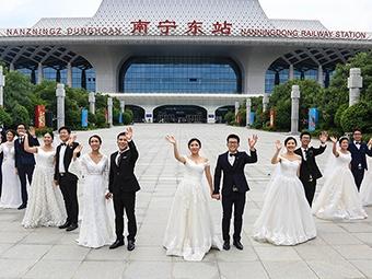 高清:南宁高铁主题婚纱照新鲜出炉
