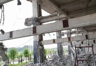 8月16日焦点图:南宁一违建房遭破拆 有人仍住楼上