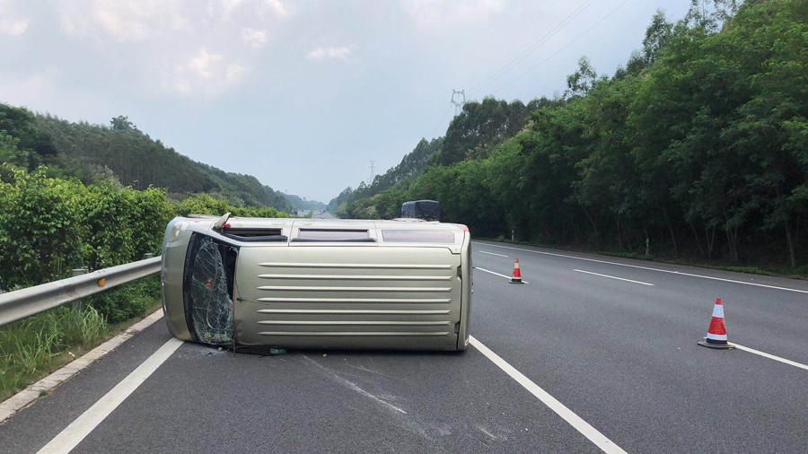 面包车高速路上突然爆胎 司机猛打方向盘车辆侧翻