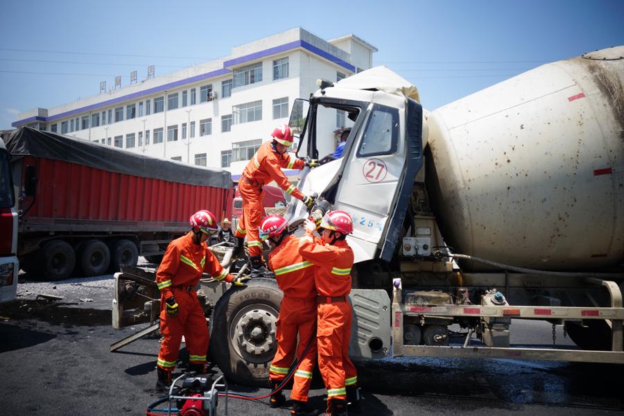 水泥罐车与大货车追尾 消防员拆除车门救出驾驶员