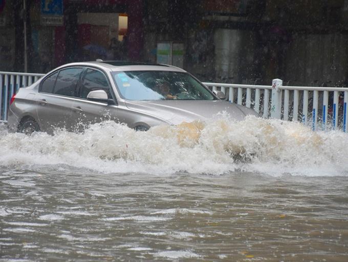 高清:南宁突降大雨 市区部分路段出现积水