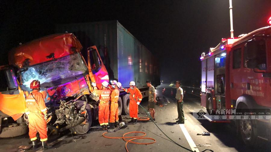 高清图:凌晨兰海高速两车追尾 后车司机身亡
