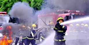 高清组图:直击消防官兵八月战备训练