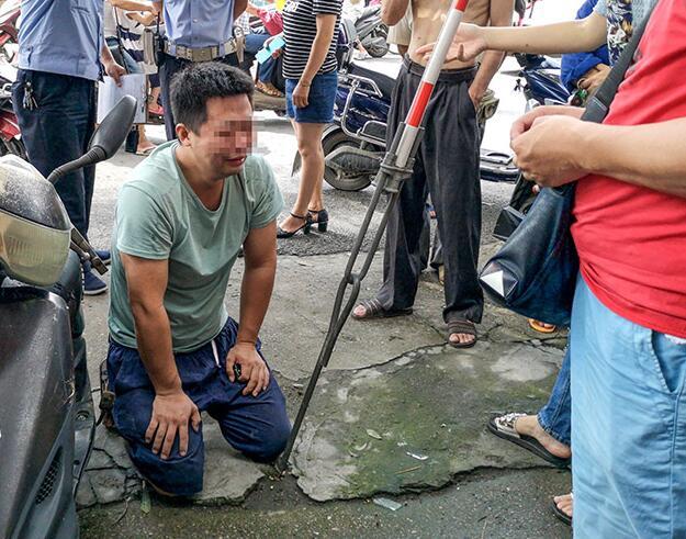 8月30日焦点图:车子冲入民宅 司机磕头痛哭
