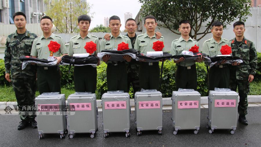 来宾:武警退伍老兵告别军营踏上返乡路(组图)