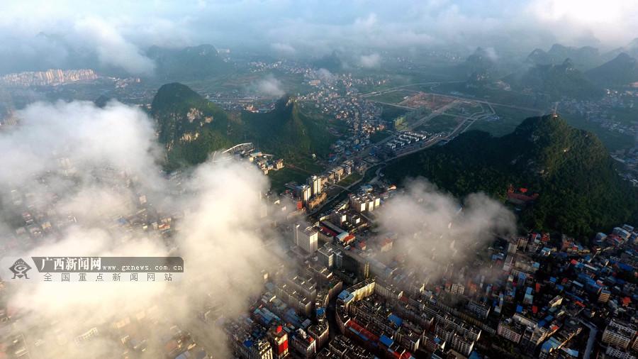 航拍:罗城晨曦薄雾笼罩山青水碧