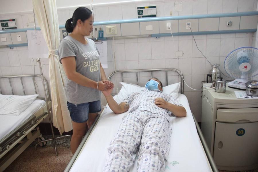 父亲患绝症 考上大学的儿子想弃学为父亲治病(图)