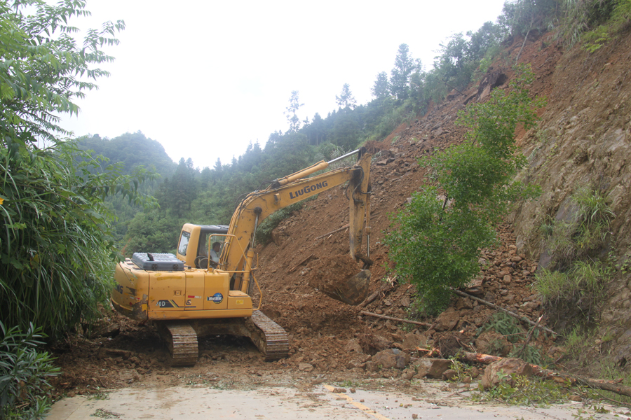 凤山一路段发生上边坡塌方 公路部门抢通道路(图)