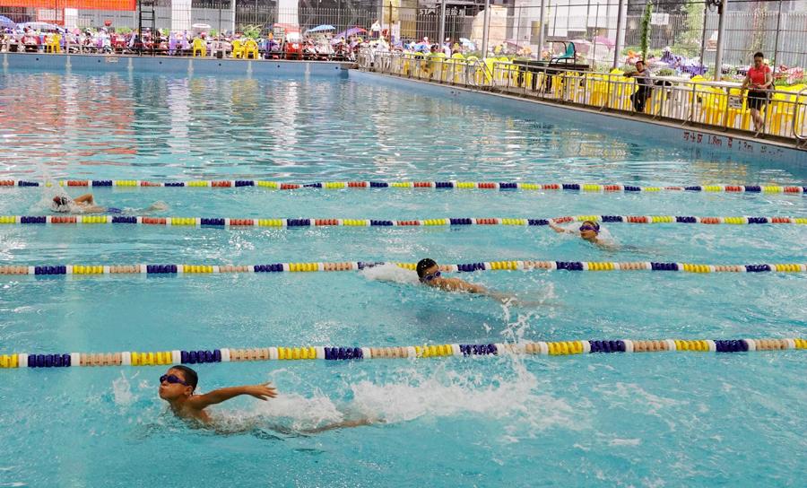 """磨煉堅強意志 300多名""""山里娃""""參加游泳比賽(圖)"""