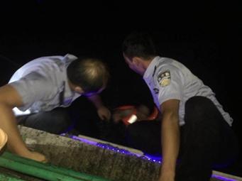 惊险!柳州三名初中女生租皮艇下河被浪打翻(图)