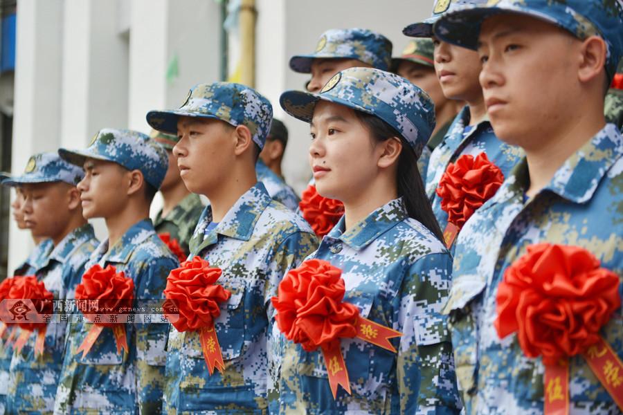 龙胜:新兵胸戴红花启程赴军营(组图)