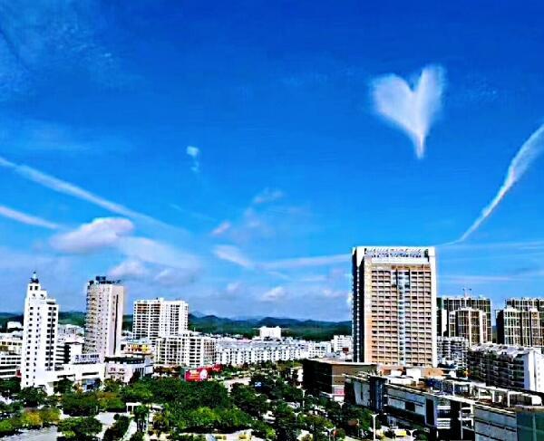 钦州天空上演爱情丘比特之箭