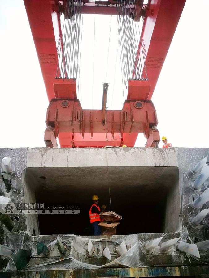 """贵南高铁现场:巨型轮式""""龙门吊""""轻松吊运""""巨无霸"""""""