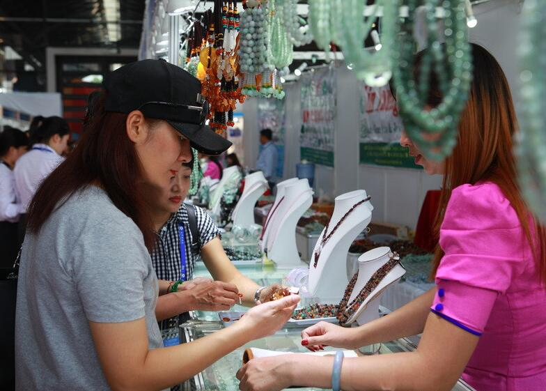 缅甸馆:珠宝玉石琳琅满目 市民淘货好去处