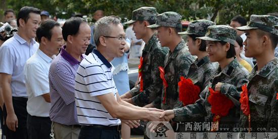 广西民族师范学院欢送学子光荣入伍