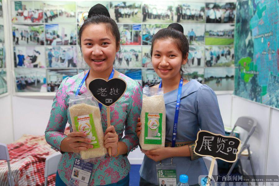 东博会老挝馆:红酸枝家具吸睛 首饰成女士最爱
