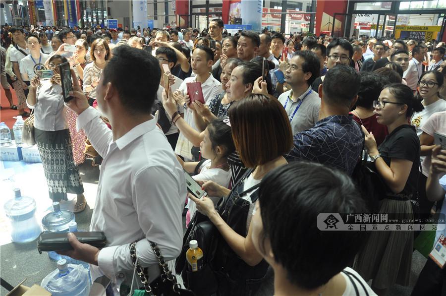 东博会公众开放日 八方游客掀起抢购热潮