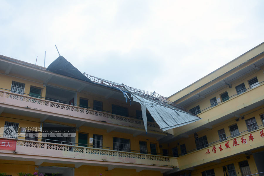 """台风""""山竹""""袭击 岑溪市一教学楼顶铁皮棚被掀翻"""