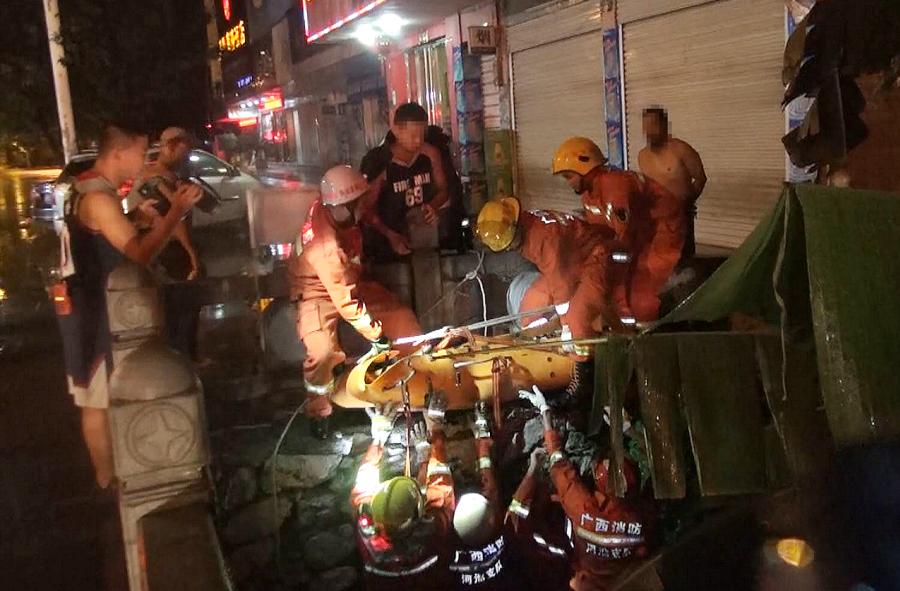 河池一女子被困6米桥底 消防紧急营救(组图)