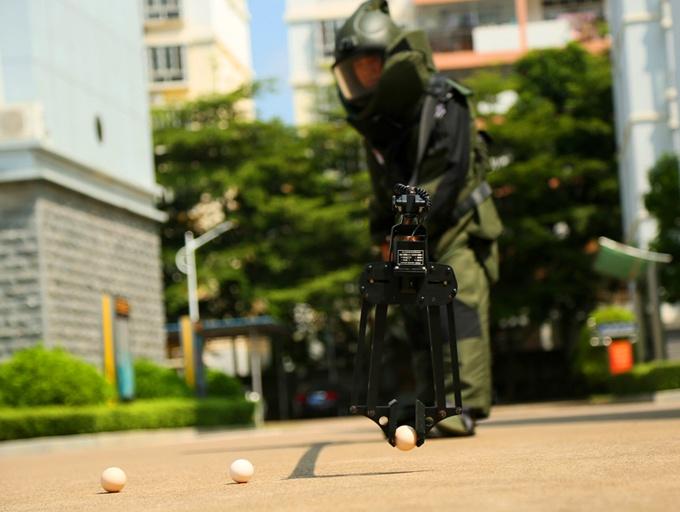 揭秘武警排爆手 穿30公斤排爆服练习夹鸡蛋