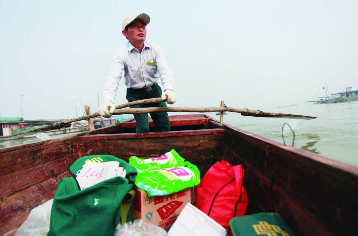 """20年,这位邮递员在洪泽湖上 """"摇""""出数万里邮路"""