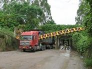 玉林一大货车碰撞限高杆殃及线缆 损失超10万(图)