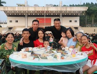 举杯同庆迎佳节 广西武警官兵与家属欢聚一堂(图)