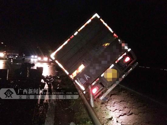 """载鱼货车高速路上撞护栏 活鱼洒落路面成""""晒鱼场"""""""