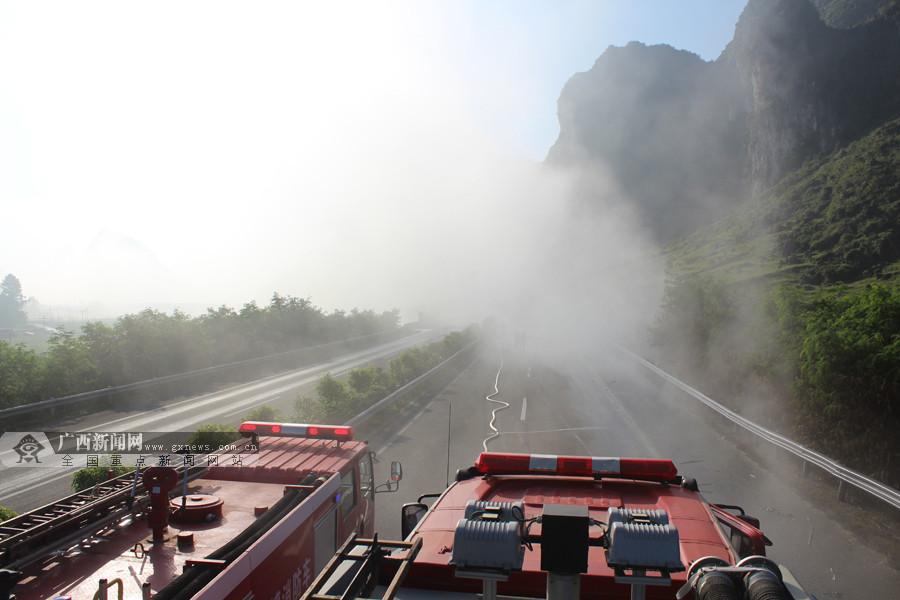 31吨盐酸槽罐车高速路上侧翻泄漏 多部门联合救援