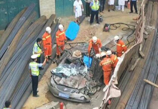 """焦点:巴马车祸致2死3伤 小车被压成""""纸"""""""