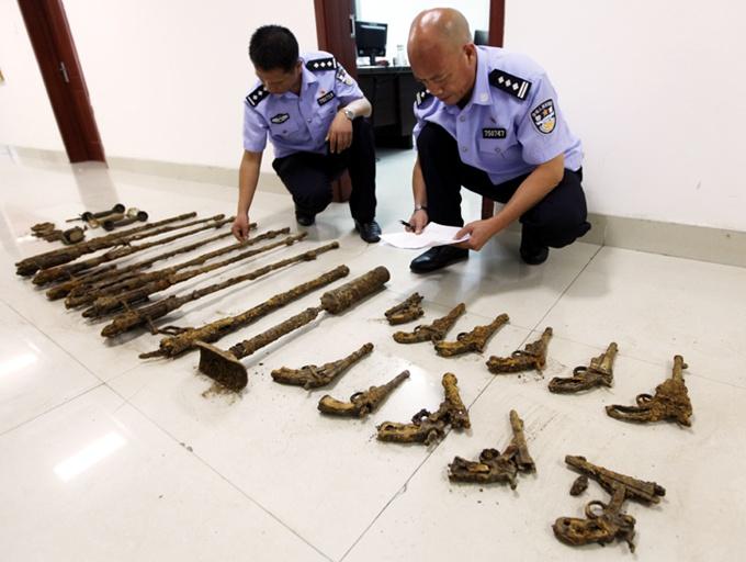高清组图:广西宜州村民挖出一批抗战时期枪支