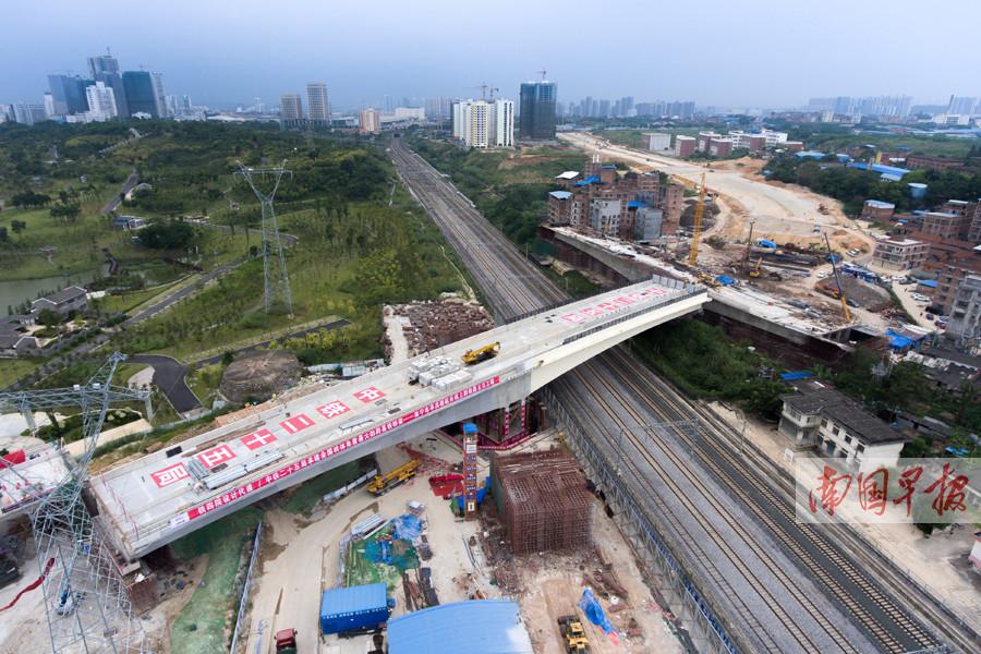 9月28日焦点图:南宁市亭洪路跨铁路桥梁成功转体