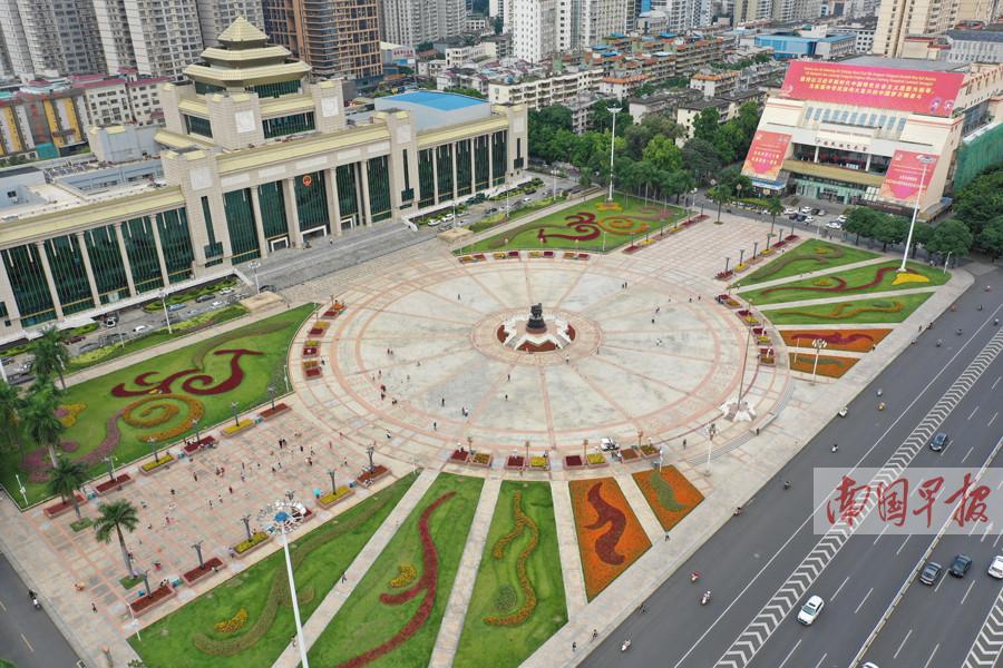 南宁民族广场花团锦簇迎国庆